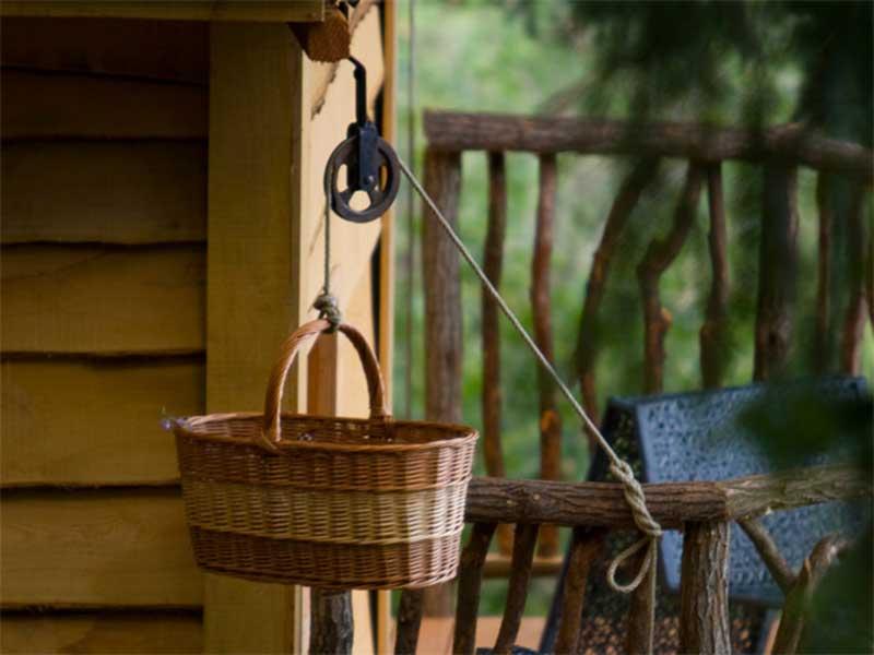 Cesto de mimbre pasar que puedas subir la cena y el desayuno / Foto: Cabanes als Arbres