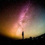 Cabañas para ver las estrellas / Foto: Greg Rakozy (unsplash)